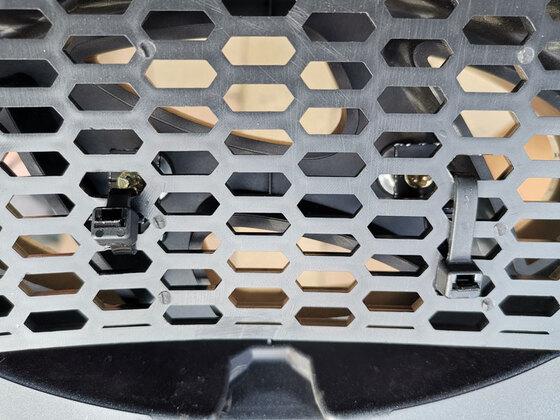 Grill schwarz foliert und Fliegenschutzgitter installiert.