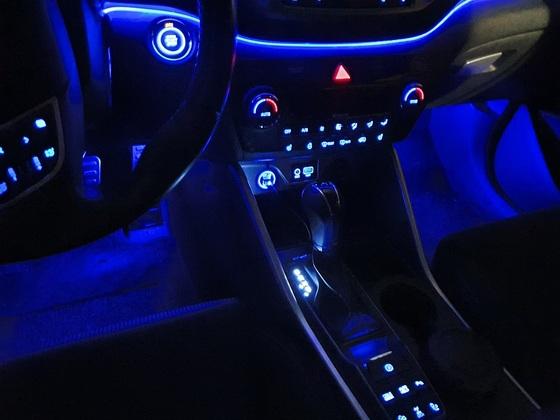 Fußraumbeleuchtung vorne und USB-Ladebuchse